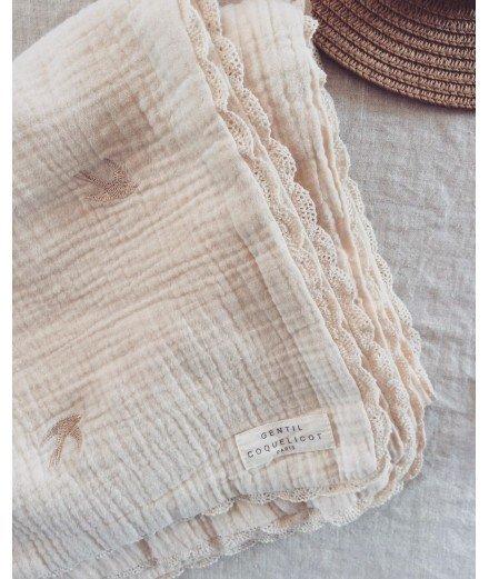 Couverture pour bébé - broderies Hirondelles et macramé