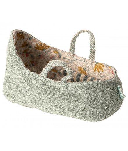 Bébé souris dans son couffin