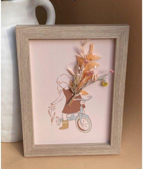 Cadre avec carte illustrée et fleurs séchées - Fille à bicyclette