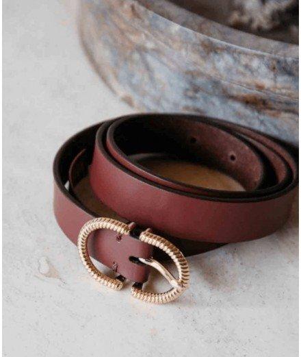Ceinture en véritable cuir couleur cognac, modèle Gemini de la marque française, Louise Misha. Elle présente une jolie boucle de