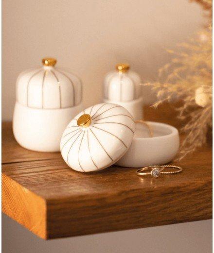 Set de trois petites boîtes en porcelaine avec de jolis détails dorés. Réalisées par la marque de décoration Räder