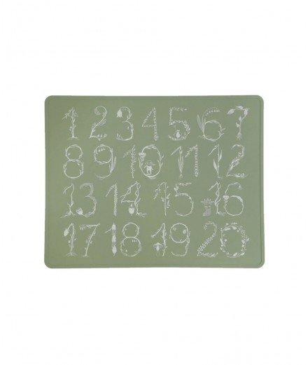 Set de Table lavable en silicone avec de jolis Chiffres calligraphiés sur un fond vert sauge. De la marque Lille Vilde.