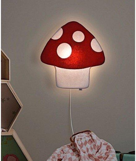 Applique en feutre et en forme de champignon. Elle émet une lumière tamisée idéale pour la chambre d'un enfant.