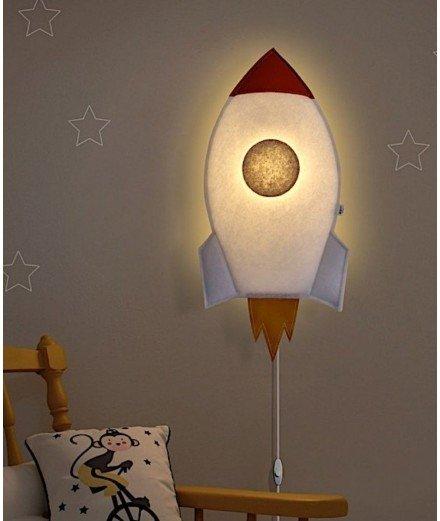 Applique murale en feutre en forme de jolie fusée. Idéale pour créer une ambiance chaleureuse dans la chambre d'un enfant.