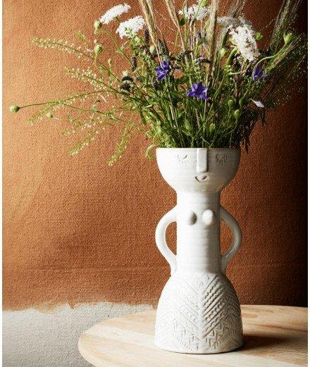 Parfait pour accueillir un bouquet de fleurs séchées, ce vase totem en grès est réalisé par la marque bohème Madam Stoltz