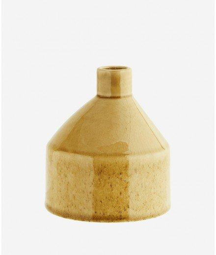 Petit vase en grès couleur jaune moutarde réalisé artisanalement par la marque scandinave Madam Stoltz.