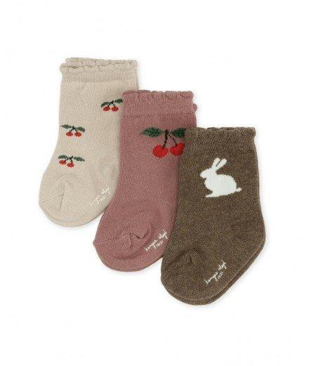 Lot de 3 paires de chaussettes pour enfant en jacquard de coton biologique de la marque Konges Slojd. Motifs : cerises et lapin