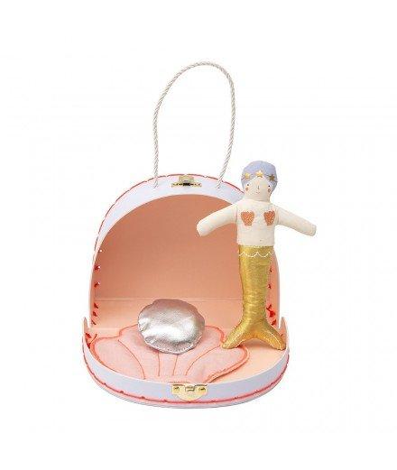Petite poupée sirène avec sa valise